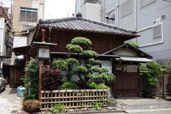 店の作りが江戸蕎麦の風情が表れている。外観も内装も素晴らしい雰囲気が出ている。硝子越しに小坪の庭があり、とても落ち着く。花番さんもテキパキと素早い。新そば会のお蕎麦屋さんです。