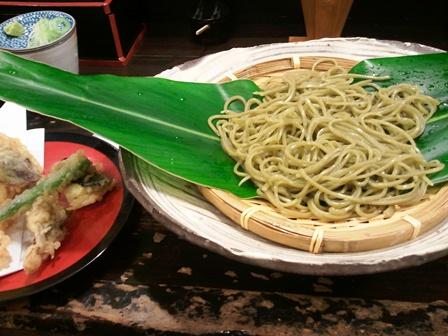 沖縄の大きな植物の葉につつまれた香り高き蕎麦