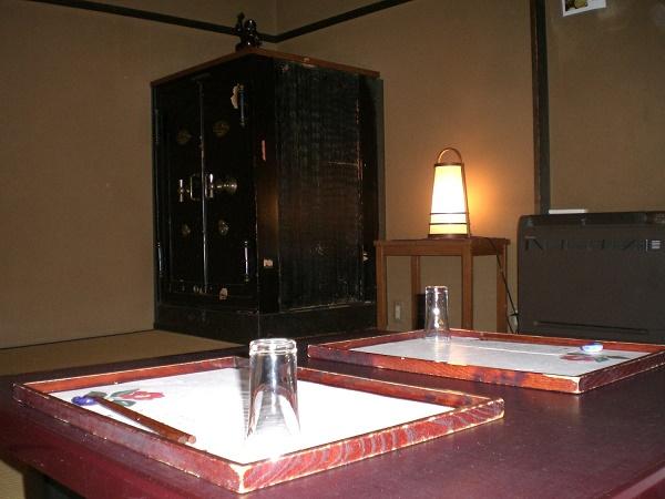 千曲市で歴史のある酒蔵が経営するそば専門店「萱」は歴史と蕎麦へのこだわりを感じさせる名店。調度品から建物、酒蔵は立派な観光施設となっている。
