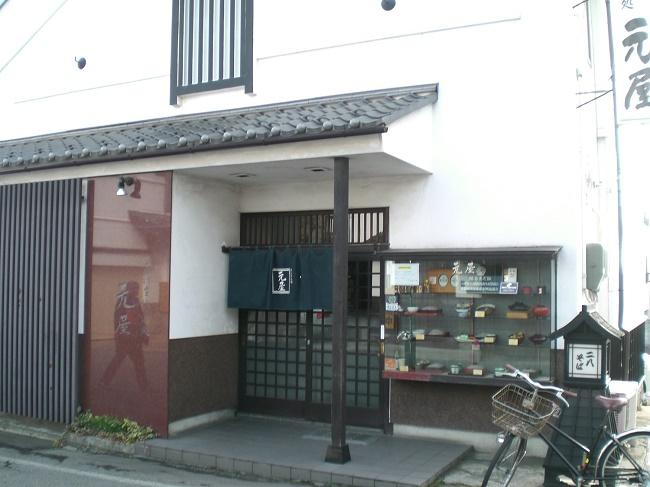 善光寺仁王門近くに古くからある老舗の名店。粗挽きの自家製粉と2種類のそば粉を加えた蕎麦は、多くのファンが毎日訪れる。今回は地域に根ざした本物の味を確かめたい。