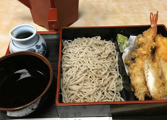 商店街の外れにある庶民的なお蕎麦屋「松鶴」(横浜市)