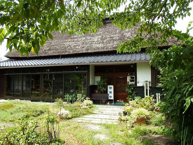 古い町にひっそりたたずむ麦わら屋根のお洒落な店 「そば処西屋敷」(長野市)